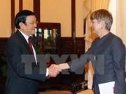 Recibe presidente a embajadores salientes