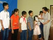 Entrega vicepresidenta vietnamita becas a estudiantes pobres
