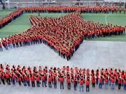 """Miles de jóvenes crean """"bandera humana"""" del país"""