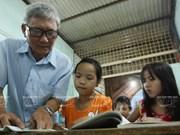 El viejo maestro y estudiantes pobres