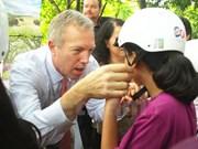 Embajador estadounidense entrega obsequios a niños desfavorecidos