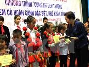 Vicepresidenta otorga becas a alumnos pobres en Hau Giang