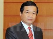 Condecorado diplomático laosiano con insignia de Vietnam