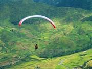 Parachutes revolotean sobre arrozales dorados de Lim Mong