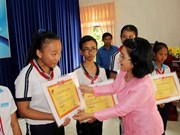 Entregan becas a estudiantes pobres en Thai Nguyen