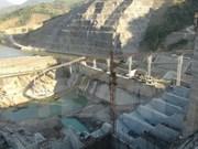 Instalan rotor de primer generador de central hidroeléctrica Lai Chau