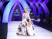 """""""Reina de vestidos de boda"""" japonesa impresiona al público vietnamita"""