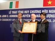 Vietnam concede Orden de amistad a experto irlandés de energía