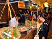 Amantes vietnamitas de culinaria degustan platos del mundo