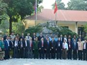 Delegación laosiana visita zona de reliquia en Hoa Binh