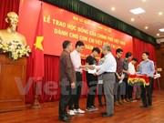Entregan becas a hijos de residentes vietnamitas en Laos