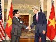 Vicepremier de Vietnam dialoga con John Kerry en Washington