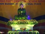 Vietnamitas oran por paz ante estatua budista más grande de mundo