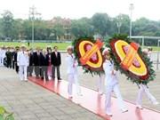 Líderes del Partido y Estado rinden homenaje al presidente Ho Chi Minh