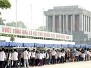 Miles de vietnamitas visitan Mausoleo de Ho Chi Minh en ocasión de su natalicio