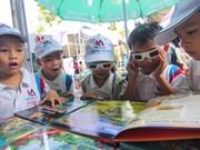 Niños vietnamitas disfrutan de nuevos libros en 3D este verano