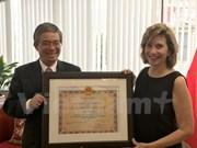 Honran a presidenta de oficina comercial de EE.UU. en Hanoi