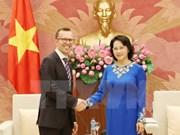 Líder parlamentaria de Vietnam recibe a embajadores neozelandés y filipino