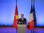 Presidente de Francia conversa con estudiantes vietnamitas