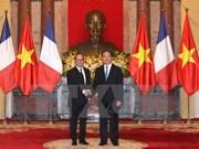 Francois Hollande concluye visita a Vietnam