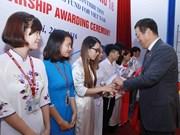 Entregan en Vietnam beca Fuyo a estudiantes con buenos resultados docentes