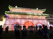 Linternas gigantes iluminan Hanoi por la noche