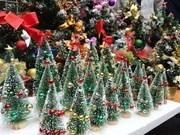 Colorida calle Hang Ma con ornamentos de Navidad