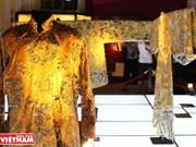 Exhiben trajes imperiales de la dinastía Nguyen