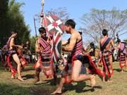 Personas del grupo étnico de Xo Dang celebran festival de de agua