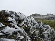Cima de montaña de Mau Son cubierta de nieves