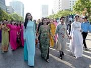 [Fotos] Tres mil mujeres participan en desfile masivo de Ao Dai en Ciudad Ho Chi Minh