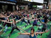 [Foto] Miles de personas celebran en Times Square el Día Internacional del Yoga