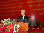 Líder partidista de Vietnam intercambia con universitarios de Laos