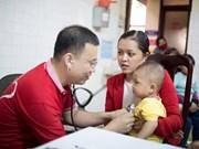 Médicos vietnamitas ofrecen medicamentos gratuitos a veteranos laosianos