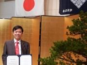 Otorgan título académico francés a profesor médico vietnamita