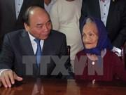 Premier vietnamita visita a madres heroicas en ocasión del Tet