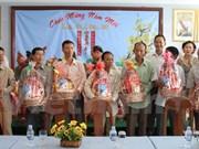 Entregan regalos a vietnamitas en condiciones difíciles en Camboya