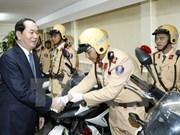 Presidente visita sede de la Policía de tránsito de Hanoi
