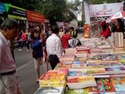 Abre puertas calle de libros en Hanoi
