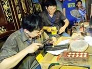 Arte único de orfebrería en casco antiguo de Hanoi