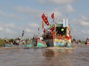 Miles de visitantes asisten al rito dedicado al dios de los peces en Vietnam