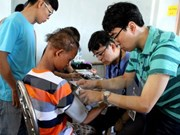 Ofrecen exámenes médicos gratuitos a niños en Ninh Binh