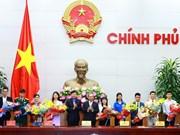Premier vietnamita dialoga con jóvenes nacionales con méritos destacados