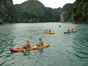 Reanudan servicios de kayak en Bahía vietnamita de Ha Long