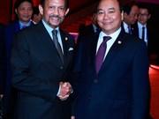 Premier de Vietnam y sultán de Brunei se reúnen en marco de Cumbre de ASEAN