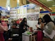 Gran surtido de productos tailandeses en feria en Vietnam