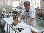 Médicos de Vietnam recaudan fondos para niño camboyano