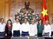 Premier vietnamita ratifica atención del gobierno a la vida de profesores jubilados
