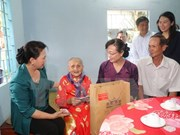 Líder parlamentaria entrega obsequios a familias beneficiarias de políticas sociales
