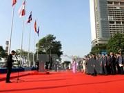 Ondea bandera de ASEAN en Ciudad Ho Chi Minh